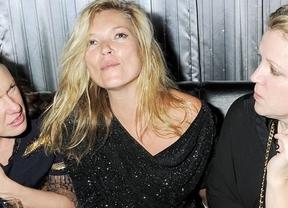 'Pillan' a la modelo Kate Moss con unas cuantas copas de más