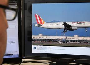 Accidente de Germanwings: el 'New York Times' asegura que uno de los pilotos estaba fuera de la cabina e intentó derribar la puerta