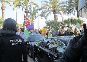 Manifestantes atacan el coche de Montoro mientras continúan los 'escraches' a PP y PSOE