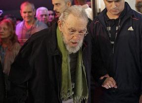Fidel Castro reaparece con una imagen muy desmejorada en la visita a un estudio de arte en La Habana