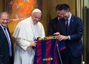 Bartomeu le regala una camiseta del Barça al 'Papa Francesc'