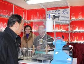 El Alcalde destaca la importancia de la Muestra de Artesanía de Navidad para el impulso del pequeño comercio