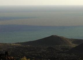 El volcán de El Hierro vuelve a expulsar magma humeante a la superficie del mar