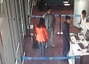 Un político chino pierde su vuelo y la emprende a golpes con el mobiliario del aeropuerto