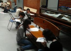 Huelga educativa... exámenes en el suelo de la cafetería
