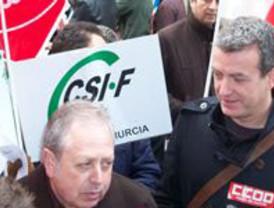 Más de un centenar de personas protesta en la sede del Gobierno regional contra los recortes a los trabajadores públicos