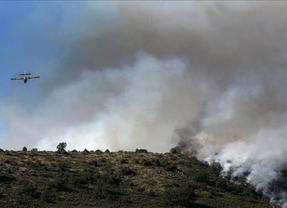 Medios aéreos de la Junta se movilizan para continuar las labores de extinción en Valdepeñas de la Sierra