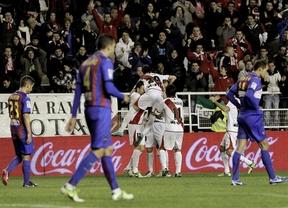 El Rayo se da un festín a costa del Levante (3-0) y la Real empuja a Míchel al despido en el Sevilla (2-1)