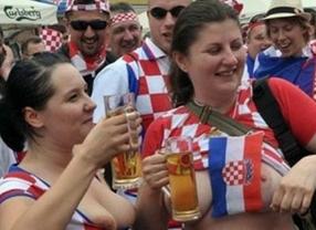Anécdotas de la Eurocopa 2012: Celebrar un gol con un topless puede salir muy caro a una hincha croata