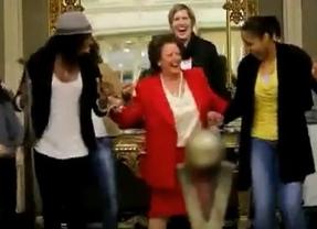 Rita Barberá baila con las 'chicas' de Ros Casares
