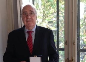 José Luis Sanchis, miembro del Consejo Editorial de Diariocrítico, recibe la medalla doctoral por su tesis sobre Adolfo Suárez