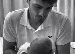 Iker Casillas presenta a su hijo Martín al mundo