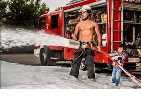 El 'cuerpazo' de los bomberos en un calendario a favor de los niños con cáncer