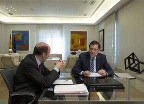 Rajoy recibe a Rubalcaba en la entrada de Moncloa para sellar el pacto europeo