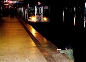 El eterno debate, ¿fotografiar o ayudar?: Estados Unidos estalla por una imagen del 'New York Post' mostrando a un hombre a punto de morir