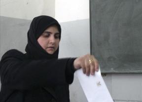 Siria vota su Constitución entre bombardeos e intentos de evacuación