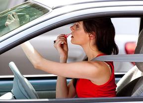 El 16% de los conductores come algo al parar en un semáforo y un 11% manda mensajes con el móvil