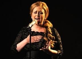 Adele sigue recuperándose de su intervención de garganta para recuperar la voz