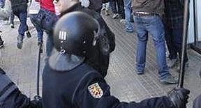 Los antidisturbios toman las calles horas antes de que comience la huelga general