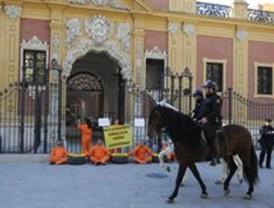Activistas de Greenpeace protestan contra la política ambiental de la Junta