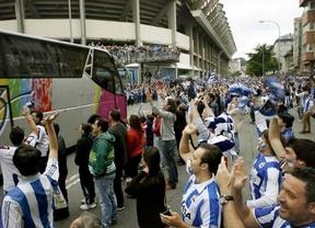 Aficionados del Deportivo de La Coruña reciben al autobús del equipo en el estadio de Riazor