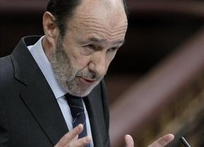 Rubalcaba tira piedras sobre el tejado de Rajoy por 'esconder' los presupuestos
