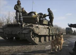 El ejército ucraniano también comienza a retirar armamento del frente