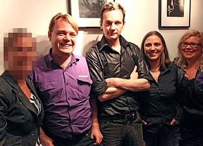 ¿La foto del no-delito?: Assange demostraría que no abusó de las mujeres que le denunciaron