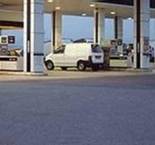 Unas rebajas diferentes: Repsol reduce los viernes los precios de sus carburantes