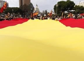 Miles de personas se manifiestan en Madrid y Barcelona por la unidad de España el día de la Constitución