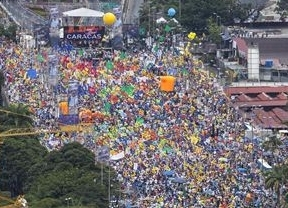 Miles de Venezolanos apoyan a Capriles tras la muerte de tres opositores a Chávez