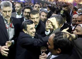 A Ahmadineyad le tiran un zapato como a Bush