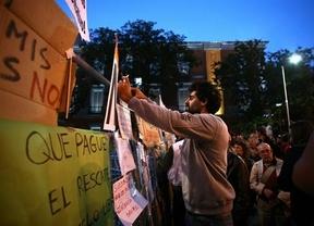 23-O: Los manifestantes cortan el tráfico y 'empapelan' las vallas que protegen el Congreso