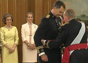 Don Felipe VI recibe el fajín de capitán general de las Fuerzas Armadas de manos de Don Juan Carlos