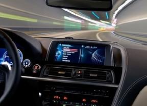Daimler y la tecnológica Qualcom se alían para la recarga inalámbrica de móviles en el coche