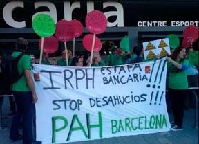 Activistas antidesahucios protestan en silencio contra Rajoy en su visita a una escuela de Barcelona