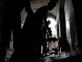 Mineros excavan galería donde se hallan atrapados dos