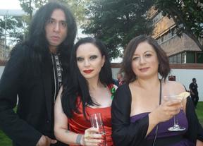 Alaska y Mario, junto a la gerente de FECICAM, Claudia Mendoza