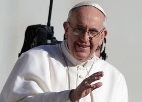 Los servicios de seguridad, estresados: el Papa sencillo se pasea sin protección por la plaza de San Pedro