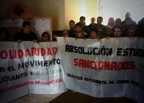 Se encierran en el Rectorado de la UCLM para apoyar a los universitarios detenidos en Madrid