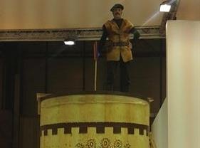 La zambomba más grande del mundo preside hoy el stand de Castilla-La Mancha en Fitur