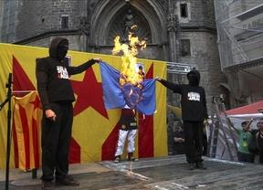 Encapuchados queman las banderas de España, la UE y Francia