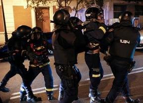 Descoordinación total: ¿quién es 'más' autoridad el bombero o el policía antidisturbios?