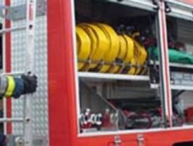 Bomberos del CEIS trabajan en la extinción de un incendio en una nave industrial de Puerto Lumbreras