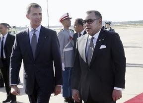 Mohamed VI recibe a los Reyes a pie de pista en el Aeropuerto de Rabat