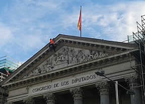La Fiscalía pide archivar la causa contra los 8 activistas de Greenpeace que treparon al tejado del Congreso
