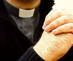 Un sacerdote muestra por error imágenes pornográficas en una charla con padres