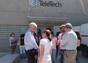 El secretario regional de CCOO (izq) en Teletech