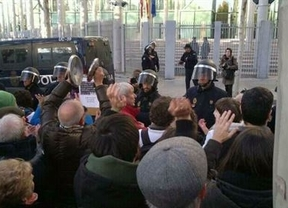 Lío en la Asamblea de Madrid: la oposición se suma una multitudinaria manifestación y el PP les tacha de 'golpistas'