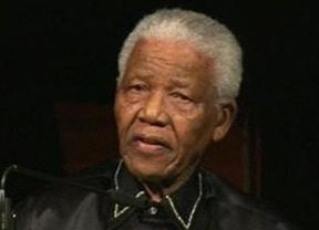 La familia de Mandela dice que el mítico ex presidente sudafricano sigue recibiendo medicación